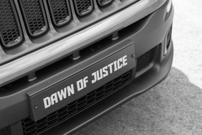 motor verso jeep renegade dawn of justice first driving. Black Bedroom Furniture Sets. Home Design Ideas